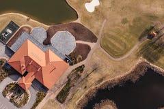 Vogelperspektive über Golffeld und Vereingebäude Stockbild