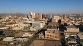 Vogelperspektive über im Stadtzentrum gelegenen städtischen Stadt-Skylinen Phoenix Arizona stock footage
