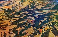 Vogelperspektive über landwirtschaftlichen Feldern und Hügeln Stockbilder