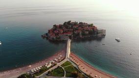 Vogelperspektive über Sveti Stefan, Montenegro stock video