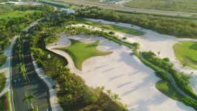 Vogelperspektive über tropischem Luxusgolfgerichtserholungsort Tropischer Strand mit Palme stock footage