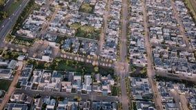 Vogelperspektive über Vorstadthäusern stock video footage
