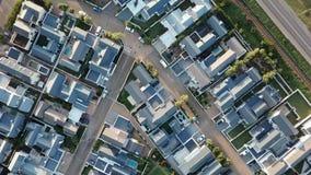Vogelperspektive über Vorstadthäusern stock video