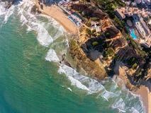 Vogelperspektive Algarves, Portugal auf Strand und K?ste von Atlantik Hotelzone auf Klippen in Praia de Falesia Albufeira stockfoto