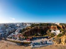 Vogelperspektive Algarves, Portugal auf Strand und K?ste von Atlantik Hotelzone auf Klippen in Praia de Falesia Albufeira stockfotos