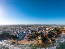 Vogelperspektive Algarves, Portugal auf Strand und K?ste von Atlantik Hotelzone auf Klippen in Praia de Falesia Albufeira lizenzfreie stockfotos