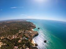 Vogelperspektive Algarves, Portugal auf Strand und K?ste von Atlantik Hotelzone auf Klippen in Praia de Falesia Albufeira stockbilder