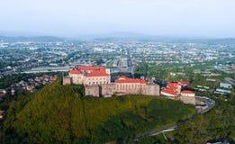 Vogelperspektive alten Palanok-Schlosses oder des Mukachevo-Schlosses, Ukraine, errichtet im 14. Jahrhundert Stockbilder