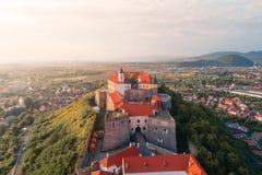 Vogelperspektive alten Palanok-Schlosses oder des Mukachevo-Schlosses, Ukraine, errichtet im 14. Jahrhundert Lizenzfreie Stockfotografie