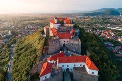 Vogelperspektive alten Palanok-Schlosses oder des Mukachevo-Schlosses, Ukraine, errichtet im 14. Jahrhundert Stockfoto