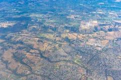 Vogelperspektive auf Ackerland mit Feldern Lizenzfreie Stockfotos