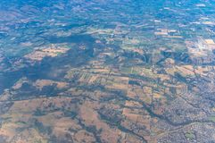 Vogelperspektive auf Ackerland mit Feldern Lizenzfreie Stockbilder