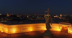 Vogelperspektive auf Alexander-Spalte und Palast-Quadrat in St Petersburg in Russland Die Mitte der Stadt Besichtigung stock footage