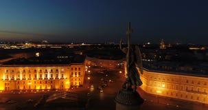 Vogelperspektive auf Alexander-Spalte und Palast-Quadrat in St Petersburg in Russland Die Mitte der Stadt Besichtigung stock video footage
