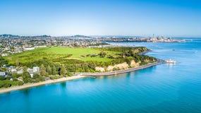Vogelperspektive auf Auckland-Stadtzentrum über Waitemata-Hafen Irgendwo in Neuseeland Lizenzfreie Stockbilder