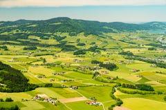 Vogelperspektive auf bunten kleinen Feldpaketen nahe Mondsee, Österreich Lizenzfreie Stockfotos