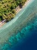Vogelperspektive auf dem Ozean und den Felsen Lizenzfreie Stockfotos