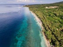 Vogelperspektive auf dem Ozean und den Felsen Lizenzfreie Stockbilder
