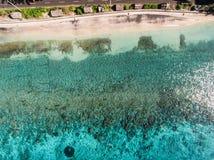 Vogelperspektive auf dem Ozean und den Felsen Lizenzfreies Stockbild