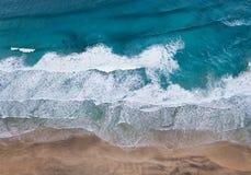 Vogelperspektive auf dem Strand und den Wellen stockbilder