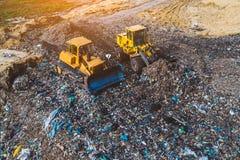 Vogelperspektive auf den Planierraupen, die an der Müllgrube arbeiten stockfoto