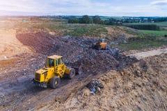 Vogelperspektive auf den Planierraupen, die an der Müllgrube arbeiten lizenzfreies stockfoto