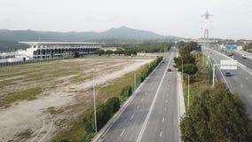 Vogelperspektive auf der Autobahn in rotem Auto Portugals geht auf eine freie Stra?e um die B?ume stock footage