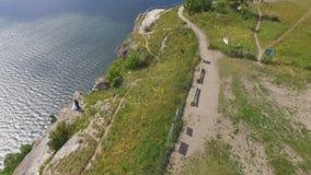 Vogelperspektive auf der Dnister-Schlucht, dem Fluss und der Bakota-Bucht im Nationalpark Podillya Tovtry Standortplatz: Bakota stock video