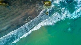 Vogelperspektive auf der Küste von Tasman-Meer nahe neuem Plymouth am sonnigen Tag Taranaki-Region, Neuseeland Lizenzfreie Stockfotografie