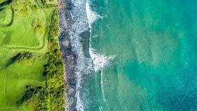 Vogelperspektive auf der Küste von Tasman-Meer nahe neuem Plymouth am sonnigen Tag Taranaki-Region, Neuseeland Lizenzfreie Stockfotos