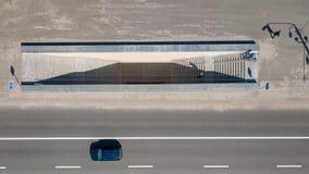 Vogelperspektive auf der Schnellstraße über Stadtstraße mit einem Untertagedurchgang in der Kiew-Stadt Lizenzfreies Stockbild