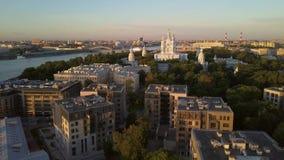 Vogelperspektive auf der Smolny-Kathedrale in Neva-Fluss in St Petersburg stock video