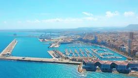 Vogelperspektive auf der Stadt gegen das Meer mit Blick auf den Berg und die Festung Alicante, Spanien stock video footage