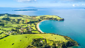 Vogelperspektive auf einem Ackerland auf dem Ufer des sonnigen Hafens Whangaparoa-Halbinsel, Auckland, Neuseeland Lizenzfreies Stockfoto