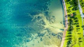 Vogelperspektive auf einem Ackerland auf dem Ufer des sonnigen Hafens Whangaparoa-Halbinsel, Auckland, Neuseeland Stockfotos