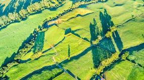 Vogelperspektive auf einem Ackerland mit Koppeln auf Lager am Fuß des Bergs Taranaki Taranaki-Region, Neuseeland Stockfotos