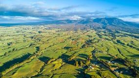 Vogelperspektive auf einem Ackerland mit Koppeln auf Lager am Fuß des Bergs Taranaki Taranaki-Region, Neuseeland Stockbild