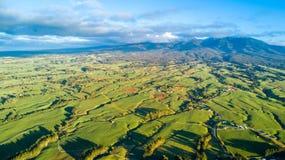 Vogelperspektive auf einem Ackerland mit Koppeln auf Lager am Fuß des Bergs Taranaki Taranaki-Region, Neuseeland Stockfotografie