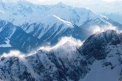 Vogelperspektive auf einem felsigen Berg übersteigt mit einem Schneeblizzard Lizenzfreies Stockbild
