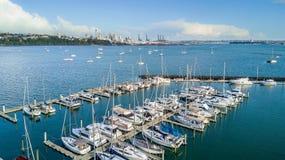 Vogelperspektive auf einem Jachthafen und stillstehenden Booten mit Auckland-Stadtzentrum auf dem Hintergrund Irgendwo in Neuseel Stockfoto