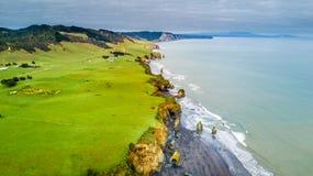 Vogelperspektive auf einer drastischen Tasman-Küstenlinie mit Klippen und Felsen nähern sich neuem Plymouth Taranaki-Region, Neus Lizenzfreie Stockfotos