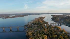 Vogelperspektive auf Eisenbahnbrücke über klösterlicher Insel in Dnipro-Stadt stock video footage