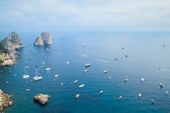 Vogelperspektive auf Faraglioni-Felsen von Capri-Insel Stockfotos