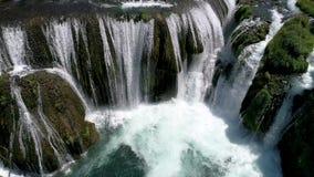 Vogelperspektive auf Fluss mit Schlucht und Wasserfällen stock footage