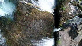 Vogelperspektive auf Fluss mit Schlucht und Wasserfällen stock video