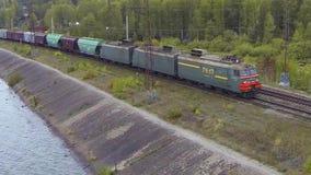 Vogelperspektive auf Güterzug läuft die Brücke durch Zug oder Güterzug geht auf Schienenansicht vom Himmel Ansicht an stock footage