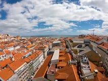 Vogelperspektive auf Geb?uden und Stra?e in Lisbona, Portugal Orange D?cher im Stadtzentrum stockbilder