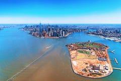 Vogelperspektive auf Gouverneuren Insel und Manhattan NYC lizenzfreies stockbild