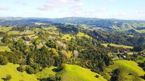Vogelperspektive auf grünen Hügeln mit Wohnhäusern Irgendwo in Neuseeland Stockfotos