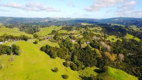 Vogelperspektive auf grünen Hügeln mit Wohnhäusern Irgendwo in Neuseeland Stockfoto